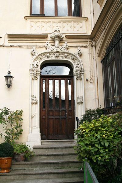 La maison Eymonaud - La porte d'entrée sculptée