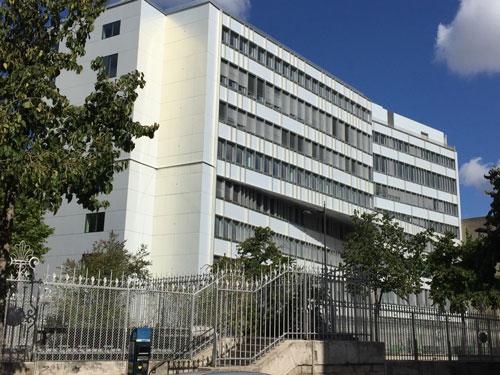 L'hôpital Rothschild : le bâtiment des années 1970 donnant sur le boulevard de Picpus a été entièrement rénové. Il affiche une belle modernité.