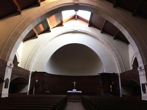L'église de la Rédemption - Une arche de la nef et le chœur au fond