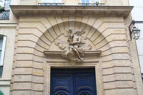 Le couvent des Théatins - Le tympan sculpté du portail