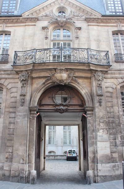 L'hôtel d'Albret - Portail du bâtiment sur rue