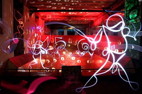 L'artiste Psy recrée les danseurs des Bains-Douche grâce au light painting
