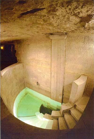La carrière des Capucins : l'escalier menant à la fontaine et l'échelle d'étiage