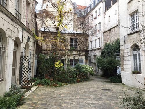 Le collège des Trente-trois : la cour et les deux pavillons néoclassiques se faisant face