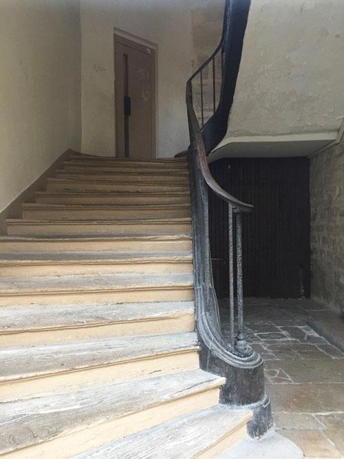 Le collège des Trente-trois : l'escalier et sa sobre rampe en fer forgé