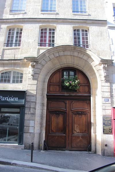 Le collège des Trente-trois : le portail d'entrée donnant sur la  rue