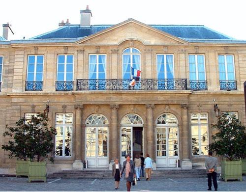 l'hôtel de Rothelin-Charolais : la façade sur cour