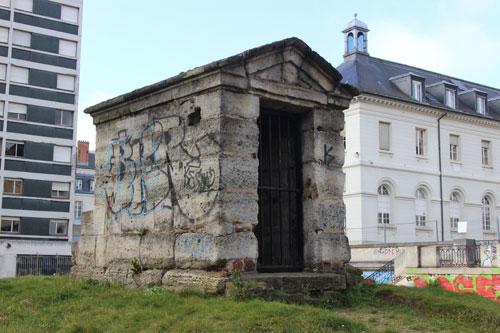 L'hôpital La Rochefoucauld - L'ancien regard dans le jardin