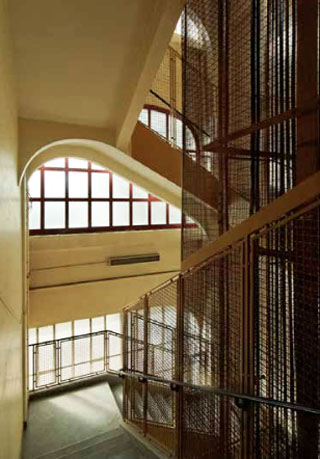Le central téléphonique Ménilmontant - L'escalier principal