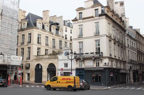 L'hôtel de Rambouillet  - Façade sur la Place des Victoires : les deux ailes et les arcatures sont ajoutées en 1688 pour s'harmoniser avec la toute nouvelle place des Victoires