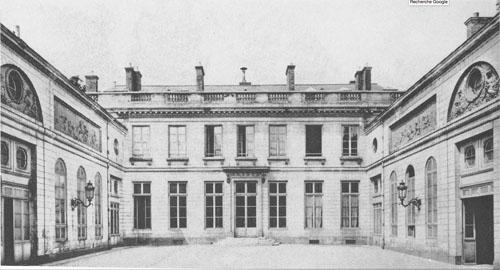L'hôtel de Bourbon-Condé - La cour d'honneur au début du XXe siècle - Les bas-reliefs de Clodion sont encore présents sur les ailes