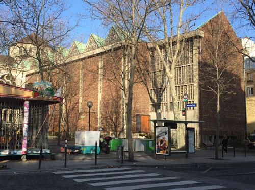 La basilique sainte Jeanne d'Arc - La nef vue de la place de Torcy