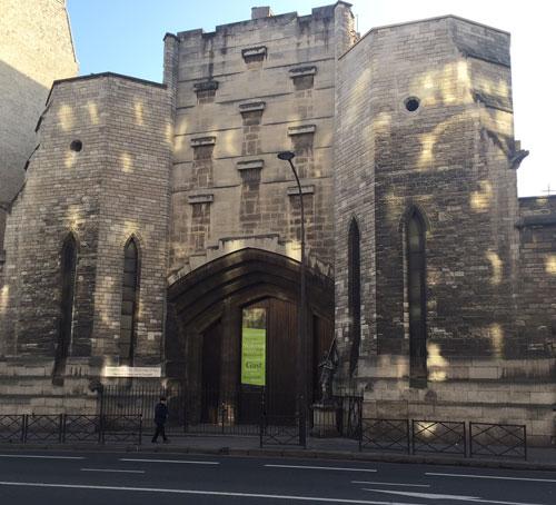 La basilique sainte Jeanne d'Arc - Les deux tours et le portail, inspirés des forteresses médiévales