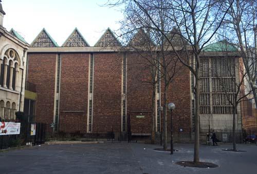 La basilique sainte Jeanne d'Arc - La nef et ses vitraux