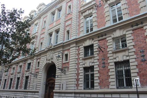 La caserne des Petits-Pères - La façade rue Notre-Dame des Victoires
