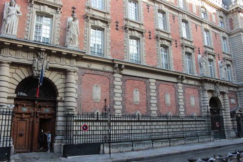 La caserne des Petits-Pères - La façade principales rue de la Banque