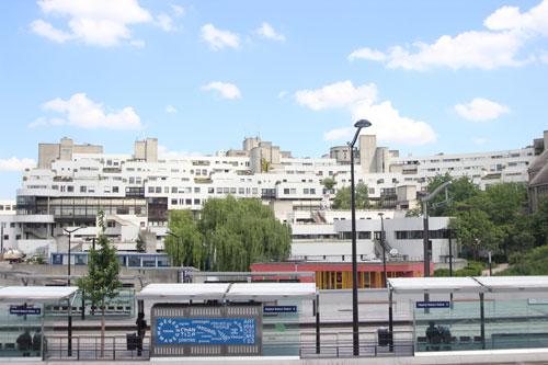 L'hôpital Robert Debré - Le bâtiment principal ouvert sur la ville