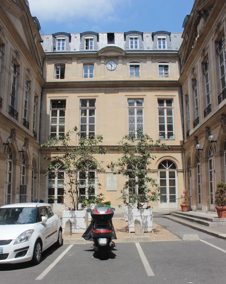 Dans la cour : l'aile XIXe dotée d'une horloge. Elle relie l'ancienne façade Nord (remontée) visible à gauche et la façade Sud visible à droite