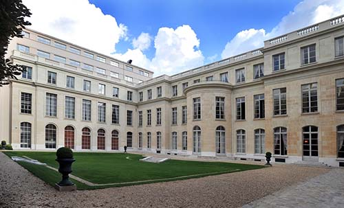 L'hôtel de La Rochefoucauld d'Estissac - A droite la façade sur je jardin (18e siècle) surélevée et à gauche l'aile reconstruite au XXe siècle