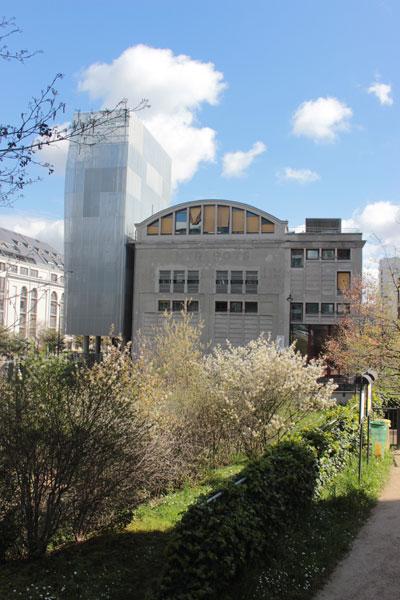 La Halle aux farines : façade Sud et à gauche l'extension en forme de tour