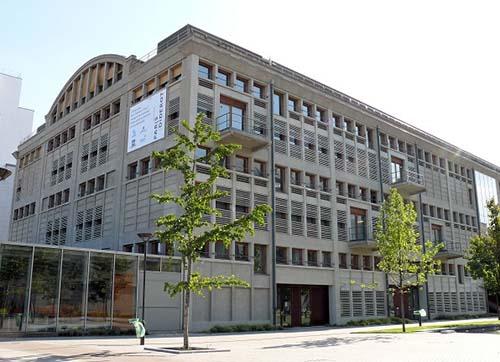 La Halle aux farines : la façade donnant sur l'esplanade