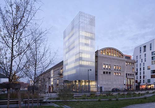 La Halle aux farines renovée et l'extension en forme de tour, appelée bâtiment Voltaire