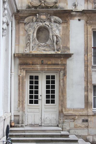 L'hôtel d'Aguessau - La porte d'entrée richement sculptée, datant du XVIIe siècle
