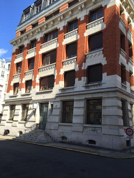 La cour de la Métairie - L'ancien siège social de l'usine Continsuza au n° 5.