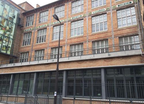 L'école Boulle - Le bâtiment Jules Ferry et à gauche les vitrines de verre