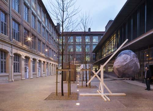 L'école Boulle : l'ancienne cour aujourd'hui fermée par le bâtiment-pont à doite