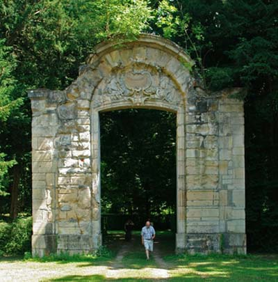 Le portail du grand hôtel de Verrue remonté dans le parc du château de Jeurre