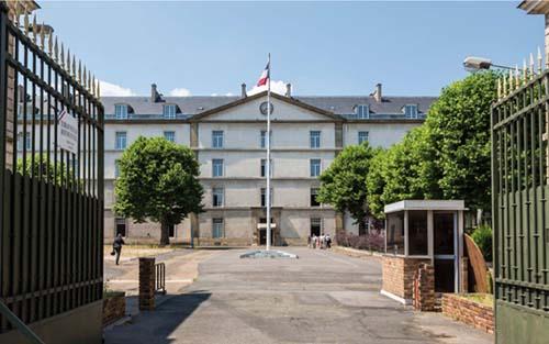 La caserne de Reuilly - Le bâtiment principal en fond de cour