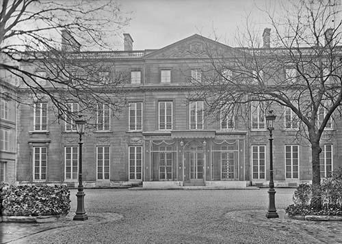 L'hôtel de Broglie - la façade sur cour