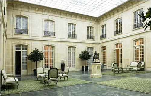 L'hôtel Bourgeois de Boigne : la cour intérieure surmontée d'une verrière. Elle est appelée l'Orangerie