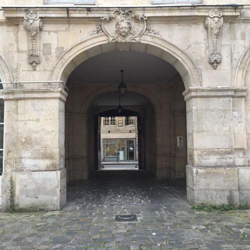 L'hôtel Le Rebours - L'entrée du porche, côté cour, est ornée d'un mascaron de femme