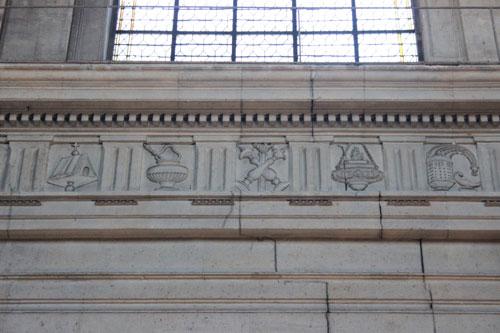L'église Sainte-Elizabeth- La frise de l'entablement décorée de symboles religieux