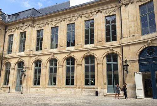 L'hôtel d'Evreux - La façade de l'aile droite dans la cour