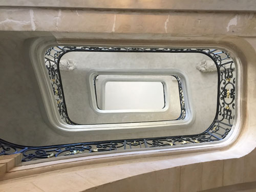Les hôtels Le Lièvre de La Grange : la cage d'escalier