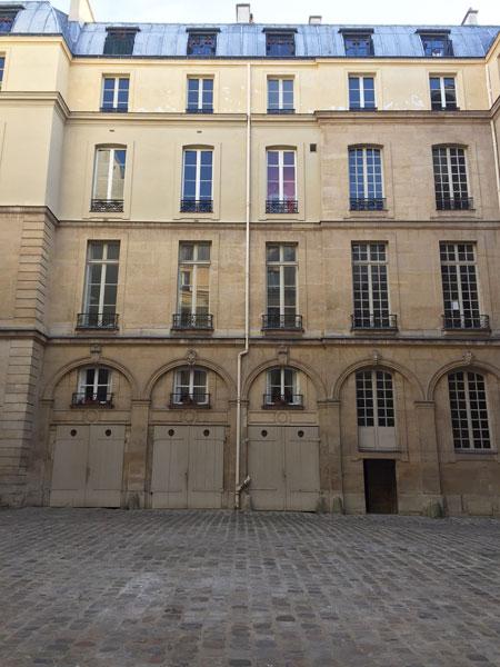 Les hôtels Le Lièvre de La Grange - L'une des ailes en retour dans la cour