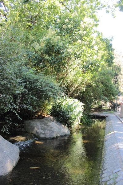 Le square René Le Gall - Le ruisseau artificiel qui rappelle l'un des bras de la Bièvre