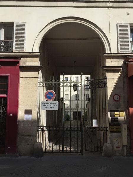 La cour des Vieilles Tuileries - Le portail rue du Cherche-Midi