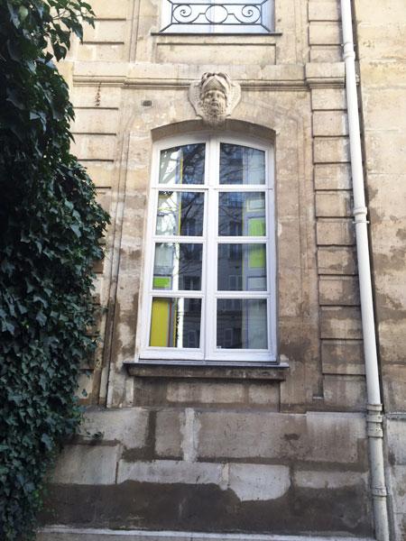 Hôtel particulier boulevard du Montparnasse - Fenêtre surmontée d'un mascaron