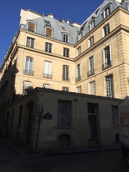 L'hôtel d'Osmont ) Il est situé à l'angle de la rue Saint-Sauveur et de la rue Dusssoubs