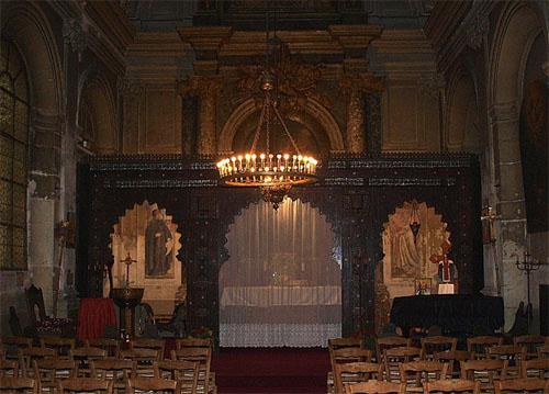 L'église Saint-Ephrem-le-Syriaque - La nef et le chœur (au fond) séparés par un chancel en bois sculpté