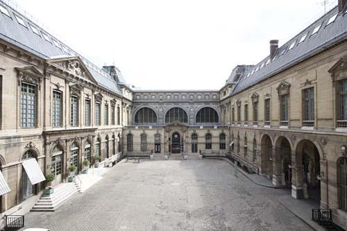 La Bibliothèque Nationale - La cour d'honneur - A gauche, l'aile de Robert de Cotte datant du XVIIIe siècle