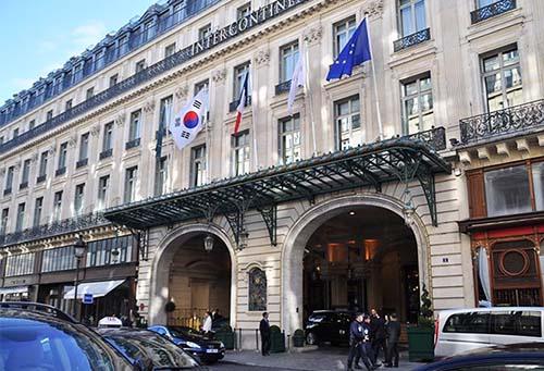 Le Grand Hôtel : l'entrée actuelle rue Scribe