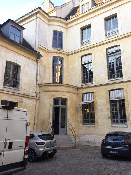 L'hôtel de Croisilles : l'aile gauche sur cour