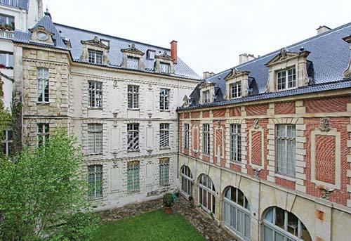 L'hôtel d'Hozier - La façade sur le jardin avec à gauche le cabinet en saillie et à droite l'aile perpendiculaire en brique et pierre