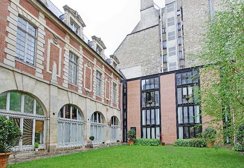 L'hôtel d'Hozier - L'aile brique et pierre sur le jardin et l'aile contemporaine au fond de jardin