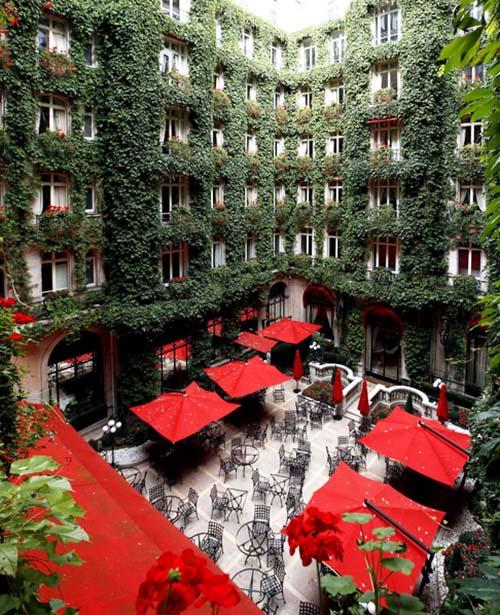 Le Plaza-Athénée - Le jardin intérieur
